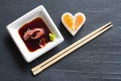 在黑大理石菜单背景的寿司抽象海鲜心脏概念 免版税库存照片