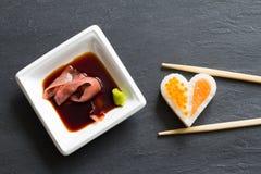 在黑大理石菜单背景的寿司抽象海鲜心脏概念 图库摄影