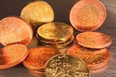 在黑大理石backgrou的二十枚,十枚和五十枚捷克冠硬币 免版税图库摄影