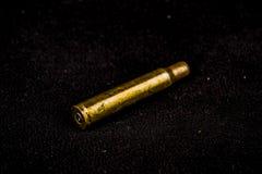 在黑天鹅绒使用的狩猎弹药筒 免版税库存照片