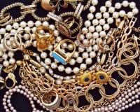 在黑天鹅绒背景的金黄珠宝 库存照片