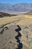 在黑山的干河床离开风景死亡谷 免版税库存照片