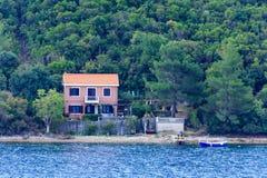 在黑山的海岸的橙色别墅 免版税库存图片