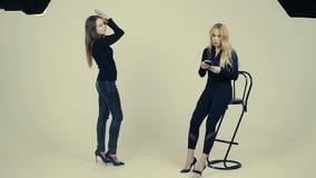 在黑摆在的女性模型照片的在演播室,女老师训练模型慢动作 股票视频