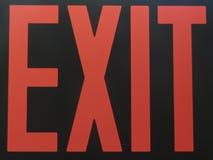 在黑暗中阐明的红色出口标志 库存照片