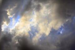 在黑暗和白色多云天空,黑暗的戏曲背景的阳光 免版税图库摄影