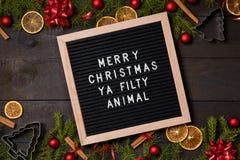 在黑暗土气的圣诞快乐Ya Filty动物信件板求爱 库存照片