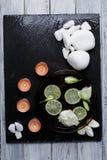 在黑暗板是芳香温泉做法的一个集合从小卵石 免版税库存照片
