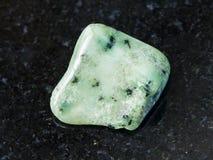 在黑暗的优美的绿色Grossular宝石 免版税库存照片