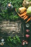 在黑暗的厨房用桌背景的根菜类成份用草本和香料,顶视图 r 素食烹调和 免版税库存照片