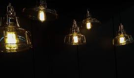 在黑暗的垂悬的灯 焦点在中心 图库摄影