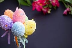 在黑暗的复活节多色欢乐鸡蛋 免版税库存照片