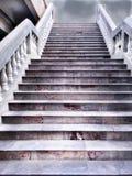 在黑暗的多云天空的剧烈的楼梯 库存照片