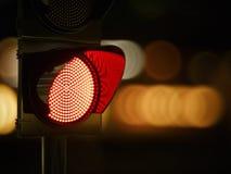 在黑暗的夜城市街道的红色红绿灯 免版税库存图片