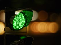 在黑暗的夜城市街道的绿色红绿灯 免版税库存照片