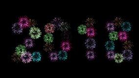 在黑暗的夜空的背景的2018年象征新年五颜六色的烟花的图 库存例证