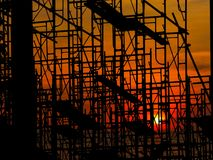 在黑暗的天空和剪影结构的日落 免版税库存图片