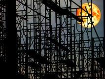 在黑暗的天空和剪影结构的超级血液月亮 库存图片