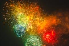 在黑暗的天空的五颜六色的假日烟花 免版税库存图片