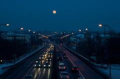 在黑暗的天空的冬天满月 图库摄影