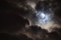 在黑暗的天空的满月 免版税库存照片