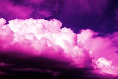 在黑暗的天空的紫色云彩 免版税库存照片