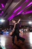 在黑暗的夫妇跳舞探戈 免版税库存照片