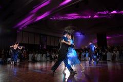 在黑暗的夫妇跳舞探戈 免版税库存图片