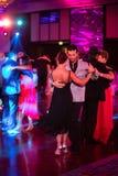 在黑暗的夫妇跳舞探戈 图库摄影