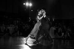在黑暗的夫妇跳舞探戈 库存照片