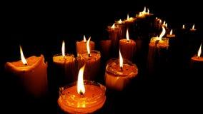 在黑暗的寺庙的蜡烛光 免版税库存图片