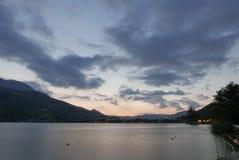 在黑暗的山湖的温暖的日落 库存照片