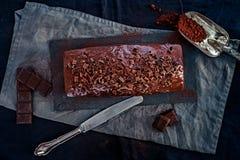 在黑暗的心情的一个整个巧克力蛋糕 库存图片