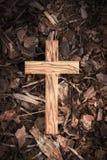 在黑暗的木地面的木十字架 免版税库存照片