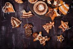 在黑暗的木桌上的圣诞节自创姜饼曲奇饼 免版税库存图片