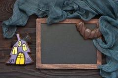 在黑暗的木桌上的新鲜的万圣夜姜饼曲奇饼 免版税图库摄影
