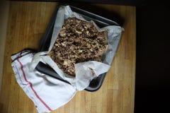 在黑暗的木桌上的自创帕夫洛娃蛋白甜饼点心 图库摄影