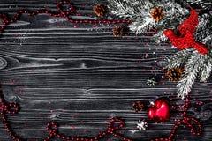 在黑暗的木背景上面的圣诞节装饰新年竞争 库存照片