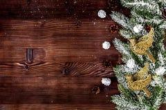 在黑暗的木背景上面的圣诞节装饰新年竞争 库存图片