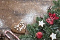 在黑暗的木背景的圣诞装饰背景,顶面 库存照片