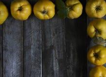 在黑暗的木背景的很多苹果柑橘 顶视图 库存图片