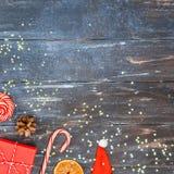 在黑暗的木背景的新年或圣诞装饰舱内甲板被放置的顶视图Xmas假日庆祝手工制造礼物盒 免版税库存照片