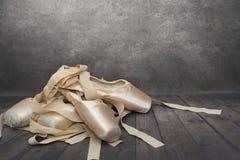 在黑暗的木背景的点鞋子 图库摄影