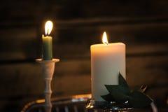 在黑暗的木背景的燃烧的蜡烛 免版税库存图片