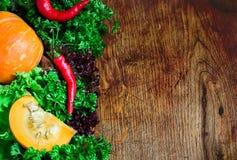 在黑暗的木背景的秋天菜 免版税图库摄影