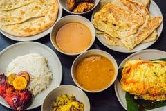在黑暗的木背景的被分类的印地安食物 印地安烹调盘和开胃菜  咖喱,黄油鸡,米,扁豆,平底锅 免版税库存照片