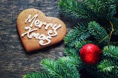 在黑暗的木背景,顶视图的圣诞节装饰 图库摄影