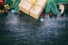 在黑暗的木背景,顶视图的圣诞节装饰 Hori 免版税库存图片