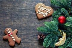 在黑暗的木背景,顶视图的圣诞节装饰 Hori 库存照片