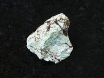 在黑暗的未加工的绿色绿松石宝石 库存照片